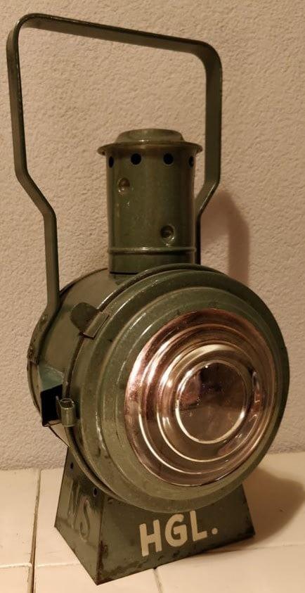 NS seinlamp welke werkt op olie. Onder de lamp ziet u de letters HGL