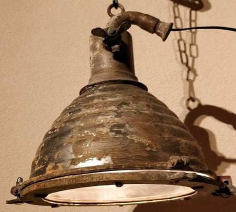 Chromen kap van een scheepsdeklamp