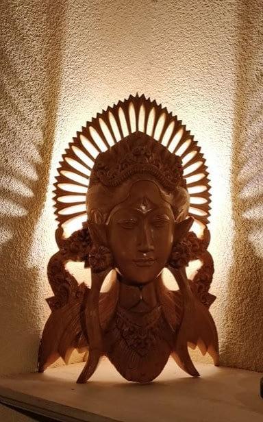 Dewi Sri Buste 1 welke de lamp achter het beeld bevindt
