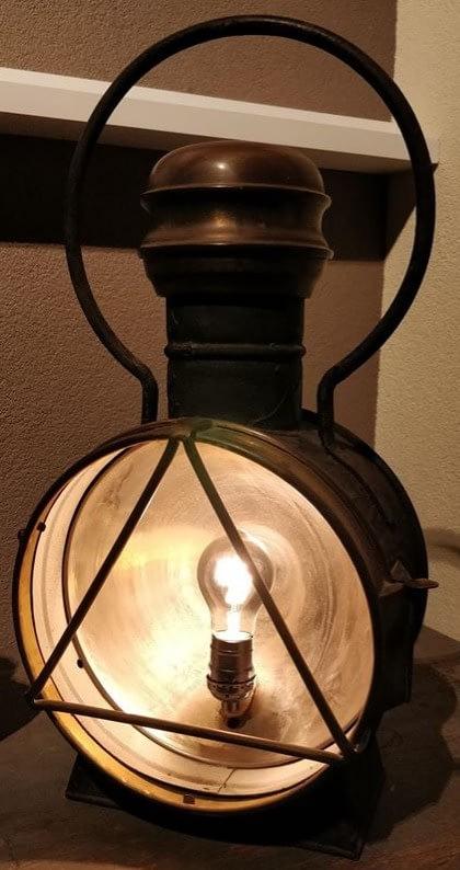 Mooi brandende replica van een locomotieflamp