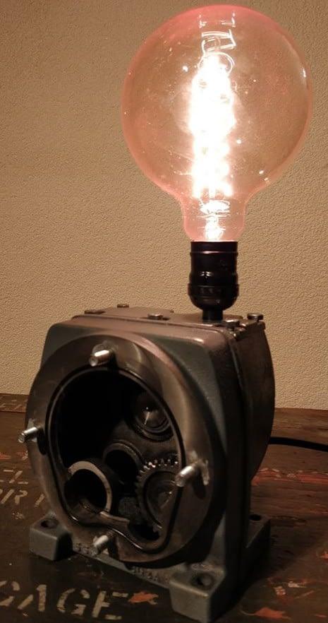 Brandende unieke lamp welke gemaakt is van een tandwielkast