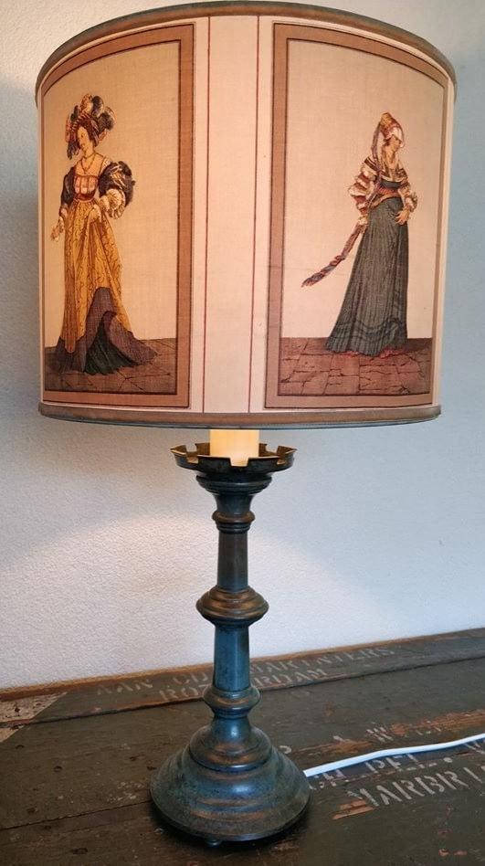 Victoriaanse lamp waarbij vrouwen in jurk op de lampenkap zijn te zien