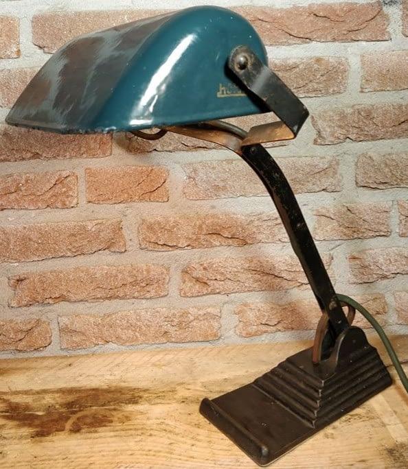 brandende bureaulamp wat ook als notarislamp kan dienen