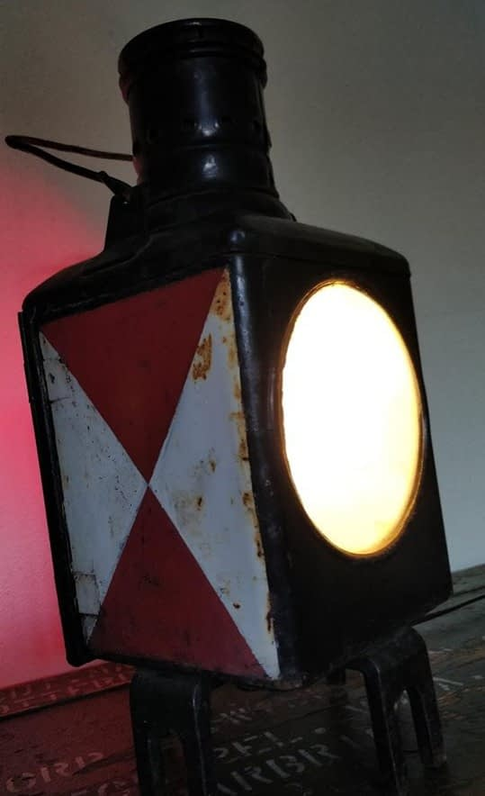 Wagonlamp met rood en witte vlak afkomstig uit Duitsland. Van Deutsche Bundesbahn