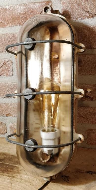 Industria Rotterdam bunkerlamt met het logo IR zichtbaar op het glas