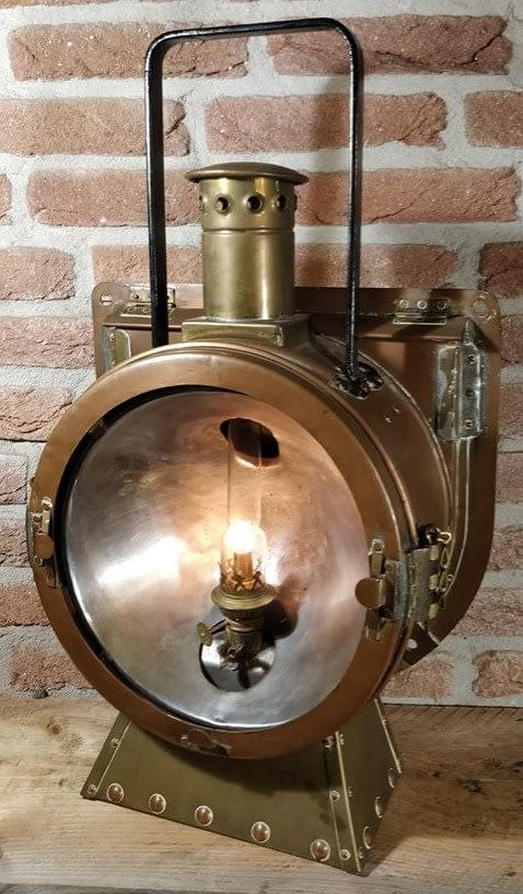 brandende locomotief lamp van koper en messing. Deze lamp is een replica