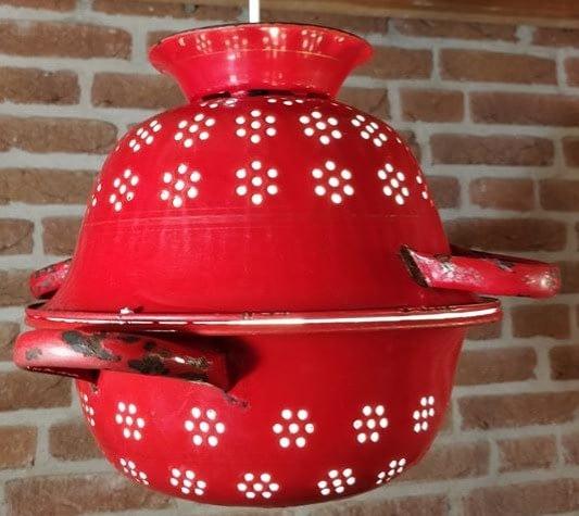 Twee rode emaille vergieten op elkaar welke een bijzondere lamp vormt
