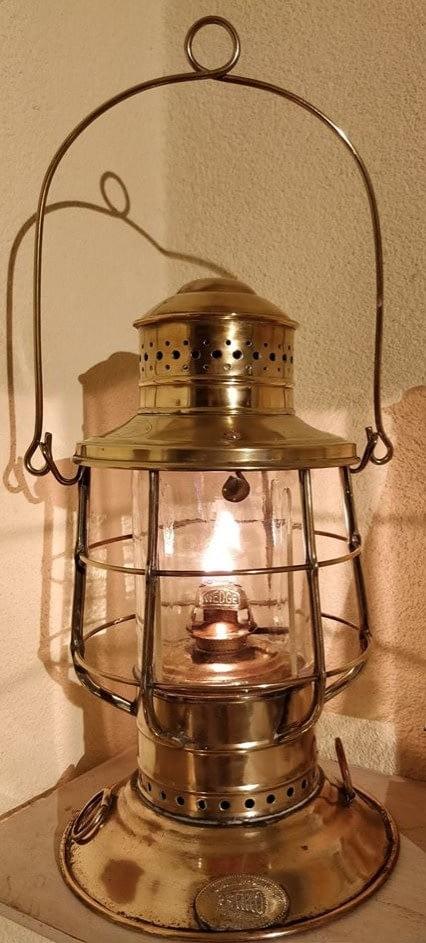 Perko Perkins Marine Lamp uit Brooklyn. De Lamp is van messing en heeft een wegde brander