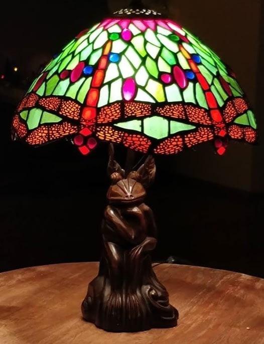 Bijzondere tiffany lampenkap met een kikker als voet in de denker positie
