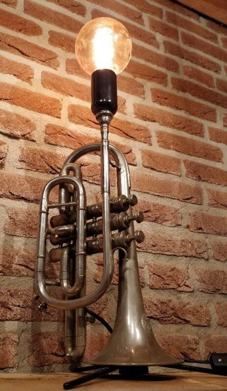 Prachtige trompet lamp welke mooi staat op tafel