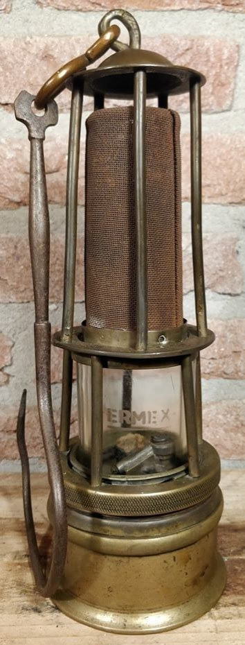 Ermex duidelijk zichtbaar op het glas van deze opzichterslamp