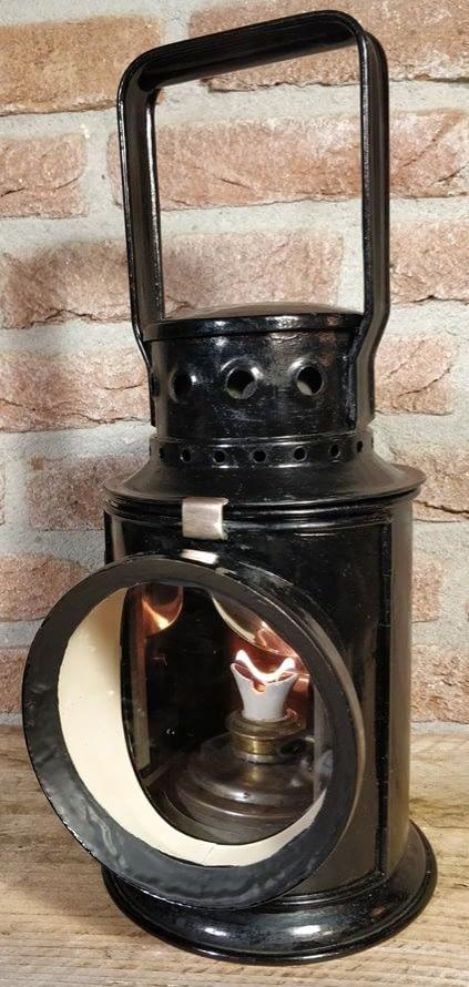 Mooi rangeer lamp met gekleurde glaasjes. Op de lonthouden is de benaming: G. Polkey te lezen