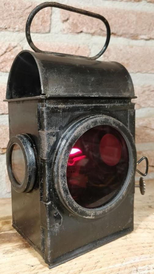 Seinlamp met mooi roodglas welke gebruikt is op en om het spoort. Op de lonthouder is Sherwoods Lynlight no 2 te lezen.