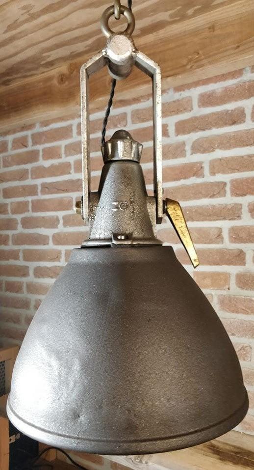 Hangende zoeklicht (of bundellicht) van industria rotterdam. Het logo IR is in het metaal terug te vinden.