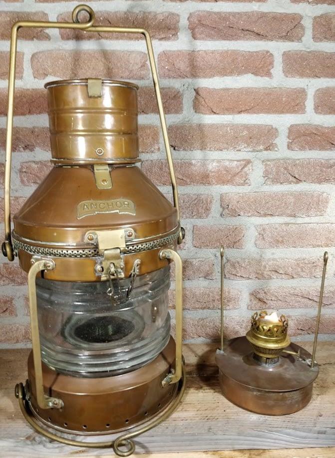 Koperen anchor ankerlicht welke brandt op olie