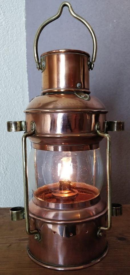 Brandende koperen ankerlicht welke brandt op olie