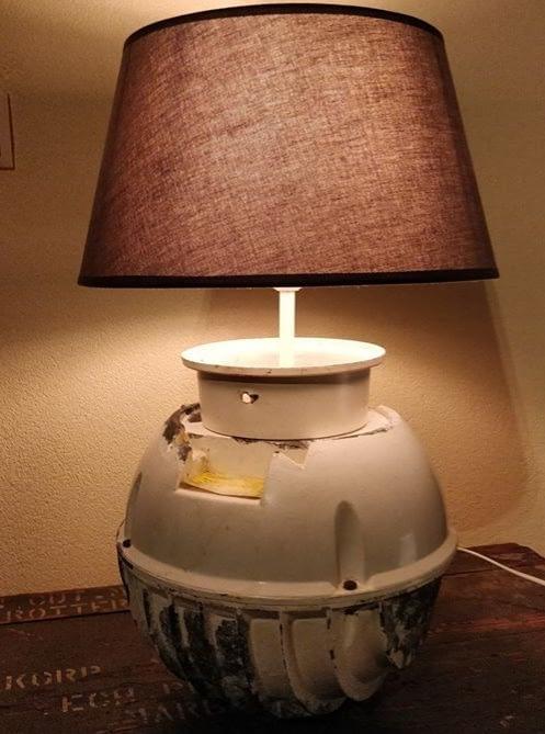 brandende oude station hanglamp omgetovert tot een mooie tafellamp