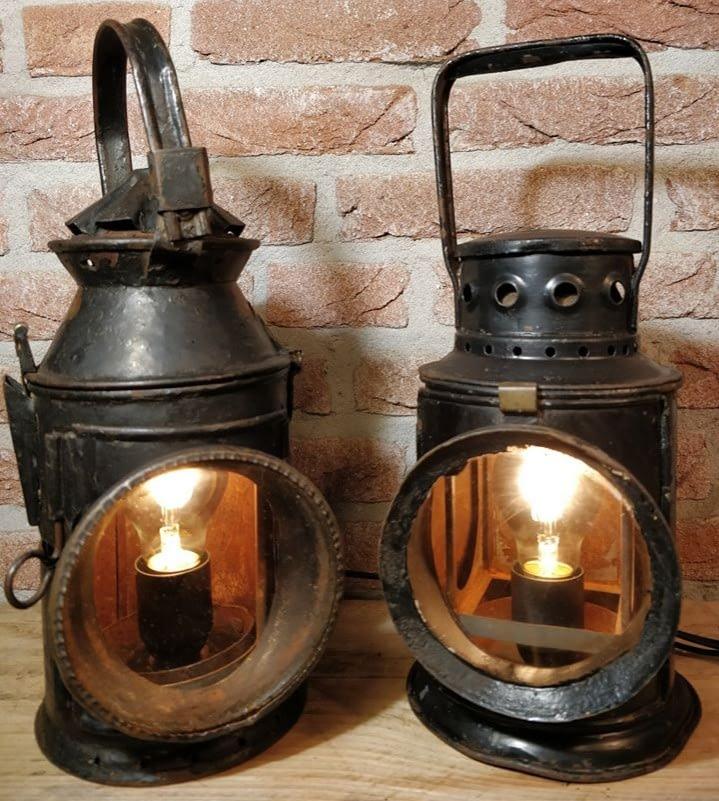 set van twee seinlampen brandend en mooi zwart