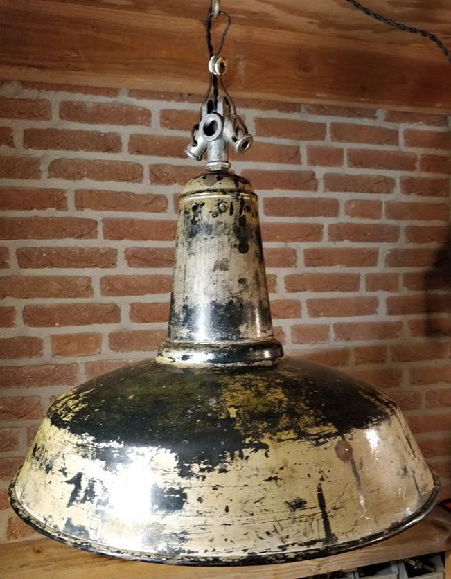 emaille fabriekslamp met oude verflagen