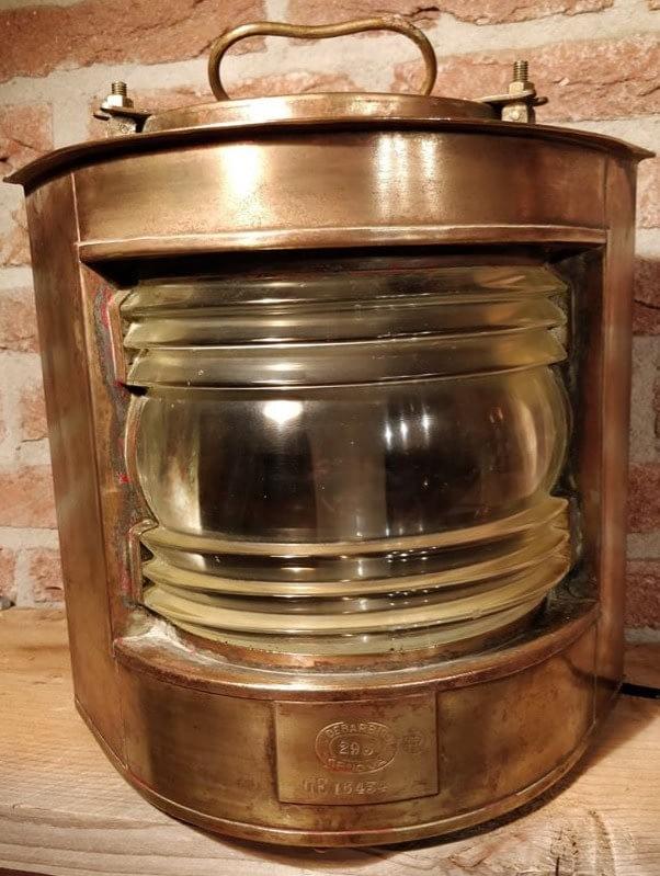 Scheepslamp van het merk dabrieri Genova. Het logo van industria rotterdam i ook op de lamp terug te vinden.