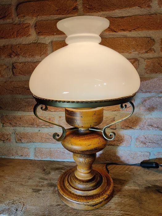 Brandende Temde 59 lamp op een houten tafel