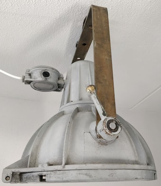 Grote grijzen scheepsdeklamp met brozen beugels van Industria Rotterdam