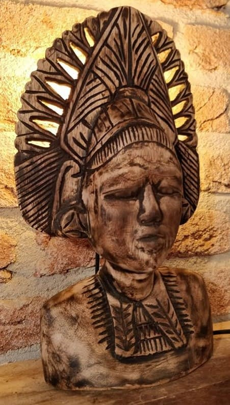 Dewi Sri Buste houten lamp met lamp achter het hoofd