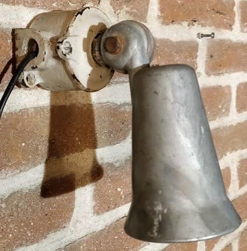 Spot van Mazda Lampe hangend aan een muur