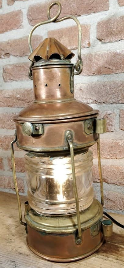 Koperen ankerlicht welke duidelijke messing details op de lamp bevat