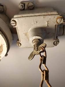 Vermoedelijk dienst gedaan als bunkerlamp