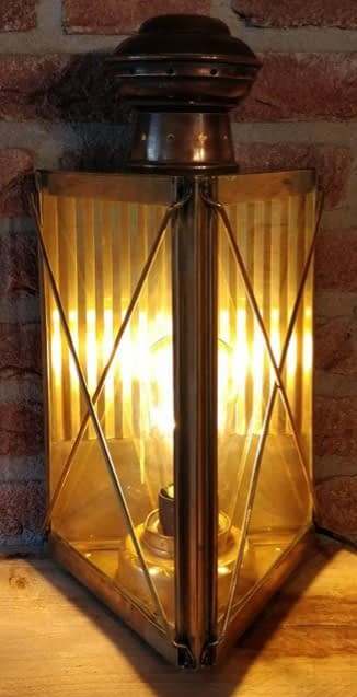 Machinekamer lamp van messing met brandend licht
