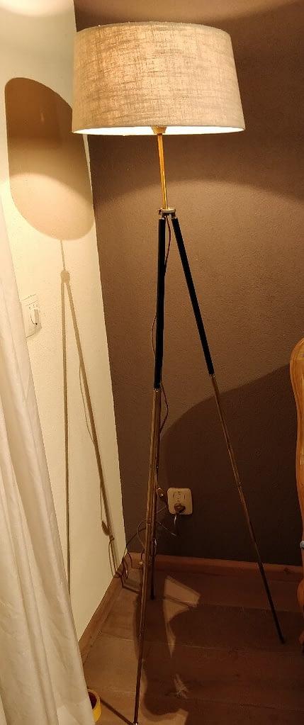 Lamp gemaakt van een oude foto statief