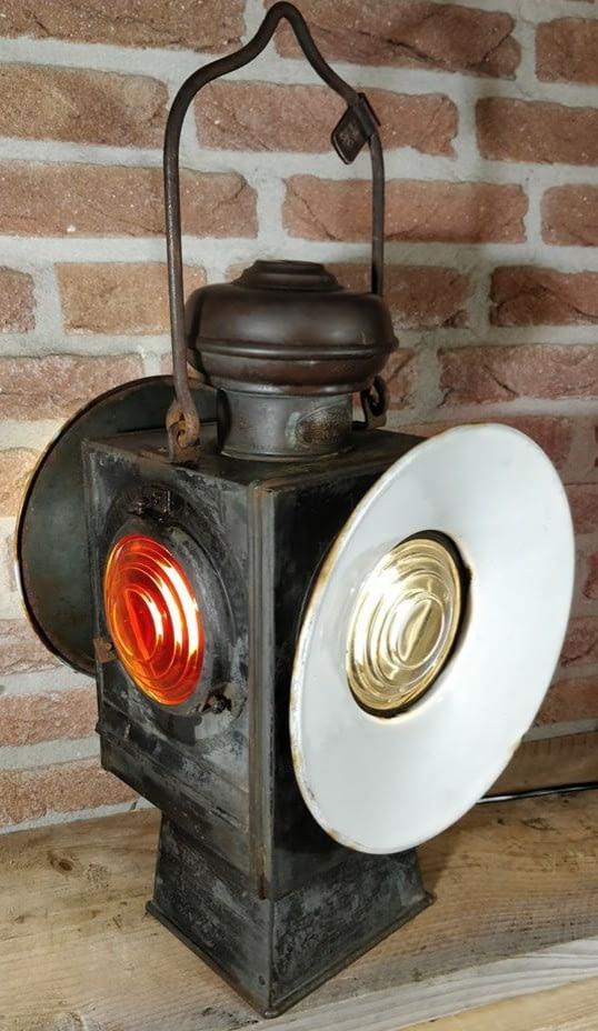 f. de la croix (FOAL) seinlamp afkomstig uit brussel. Met mooi rood en wit glas