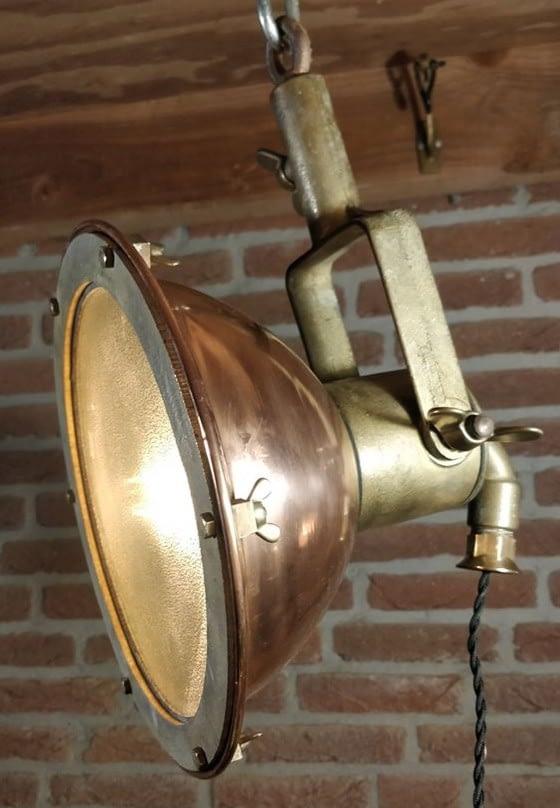 Klein model scheepsdeklamp van koper. Deze lamp staat ook bekend als zoeklicht