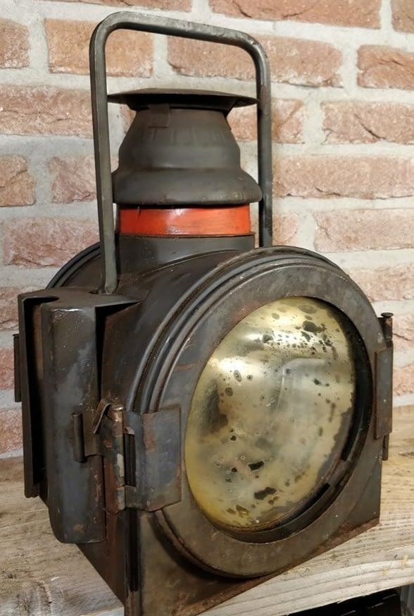 Wagonlamp welke werkt op gas en afkomstig uit duitsland. Met verweerd glas