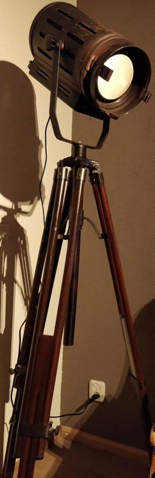 Theaterlamp bevestigt op een houten statief
