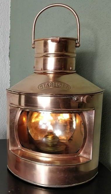 starboard scheepslamp met blank glas en brandende vlam