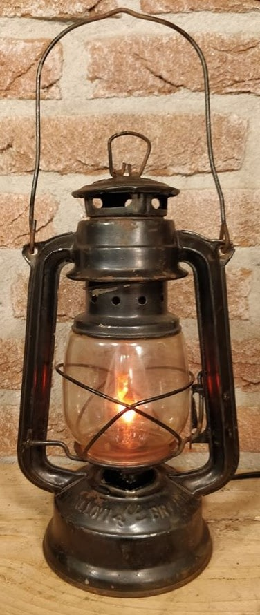 stormlamp uit china welke omgebouwd is naar een elektrische lamp