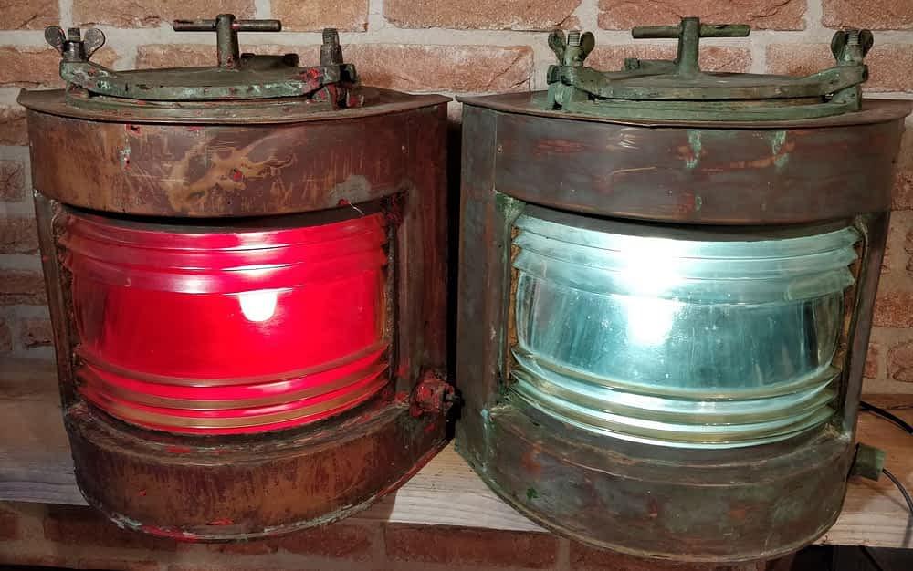 Verweerde scheepslampen stuurboord en bakboord met rood en groen glas.