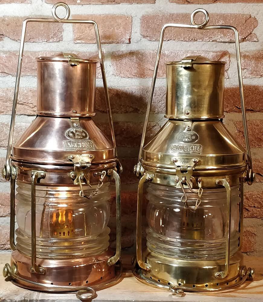Set van twee ankerlichten (anchor) op olie. Lampen zijn van koper en messing en van het merk Neptune