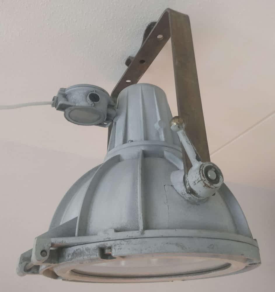 Een mooi floodlight van aluminium met bronzen vastzetters