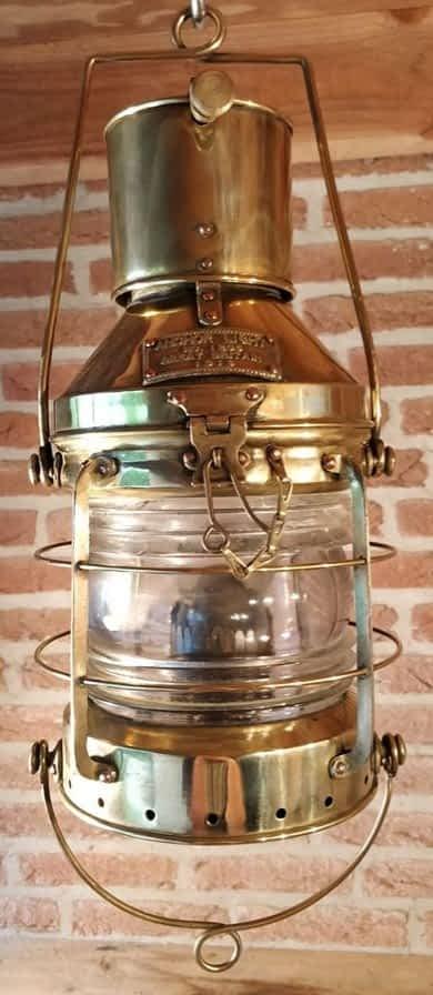 Replica van een scheepslamp hangend aan een oog