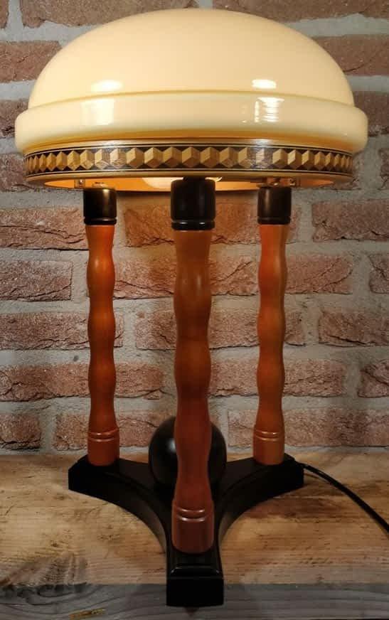 Tafellamp van Temde Leuchten uit duitsland staande op een tafel met brandend peertje