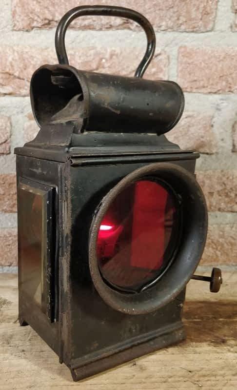 Brandende seinlamp met rood glas uit 1941. Met het logo G.R. en J&R.