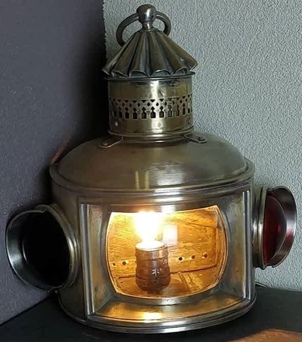 Gecombineerd toplicht welke allebei stuurboord en bakboord weergeeft. Lamp is in het messing