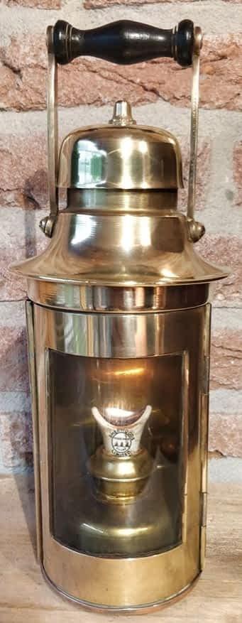 Een mooie messing kompaslamp waarbij sherwood limited is vermeld op de lonthouder welke u mooi ziet branden.