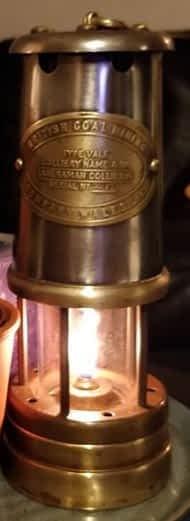 brandende replica mijnlamp uit Wales van de British Coal Mining Company