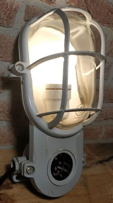 brandende bulleye lamp van industria rotterdam. Lamp heeft een stopcontact