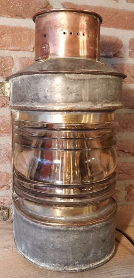 Rauwe toplicht met koperen schoorsteen