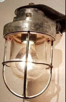 brandende kooilamp met dik glas